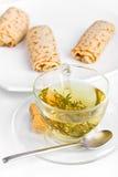Une cuvette de thé de fines herbes avec trois roulis de crêpe Photo libre de droits