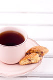 Une cuvette de thé et de biscotti Photos libres de droits