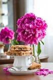 Une cuvette de thé et de biscuits images stock