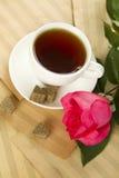 Une cuvette de thé et s'est levée Photo libre de droits