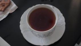 Une cuvette de thé sur la table banque de vidéos