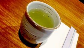 Une cuvette de thé vert image stock