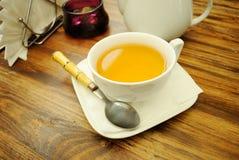 Une cuvette de thé vert. Image stock
