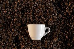 Une cuvette et haricots de coffe - café express de caffe Photo stock