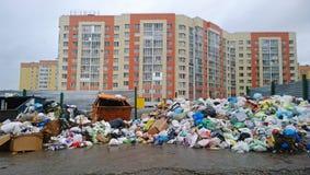 Une décharge de déchets énorme sur le quart résidentiel Catastrophe environnementale photos stock