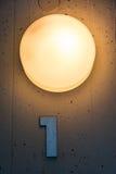 Une 1 décoration de lumière en métal de mur de carte de numéro de l'étage d'appartement Image libre de droits