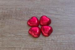 Une décoration de valentine avec du chocolat et d'autres Photographie stock