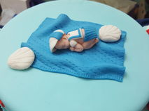 Une décoration miniature de gâteau de bébé Photos libres de droits