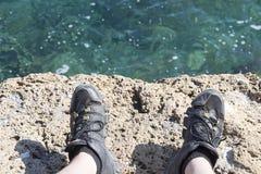 Une dalle en pierre près de la mer La texture de l'eau et de la pierre Photos stock
