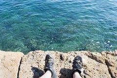 Une dalle en pierre près de la mer La texture de l'eau et de la pierre Photos libres de droits