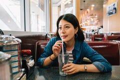 Une dame élégante s'asseyant dans le wagon-restaurant photos libres de droits