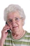 Une dame aînée à l'aide du téléphone portable Images libres de droits