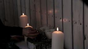 Une dame allume des bougies La chaleur et l'atmosphère des vacances d'hiver Décoration de Noël Noël et an neuf heureux banque de vidéos