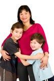 Une dame asiatique avec ses deux beaux fils Images stock