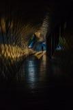 Une dame marchant par un couloir Photographie stock libre de droits