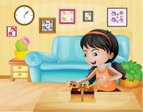 Une dame ouvrant son cadeau dans le salon Image stock