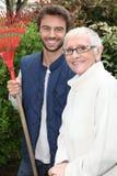 Une dame plus âgée et un jardinier Photographie stock libre de droits