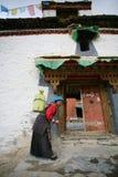 Une dame tibétaine avec le bidon de l'eau Photo libre de droits