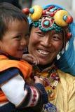 Une dame tibétaine de sourire avec son fils Image stock