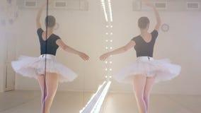 Une danse de ballerine près d'un miroir, fin  banque de vidéos