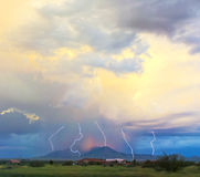 Une danse de foudre dans un ciel de coucher du soleil Photo stock