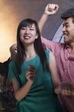 Une danse de jeune femme avec des amis dans une boîte de nuit Photos stock