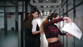Une danse enthousiaste de femme d'affaires dans le couloir de bureau se dirigeant à ses collègues et sourire banque de vidéos