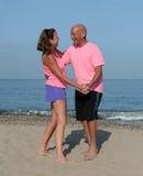 Une danse plus ancienne de couples sur la plage photos stock