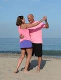 Une danse plus ancienne de couples sur une plage photos stock