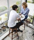 Une datation de couples de jeunes dans le café Photos stock