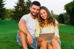 Une date des amants sur la nature Photographie stock libre de droits