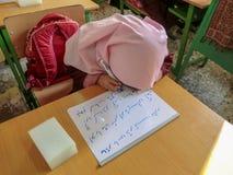 Une des filles d'école primaire dans Rasht, province de Guilan, Iran Une école islamique où les filles devraient porter les é image libre de droits