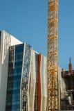 Une des nombreuses grues dans la construction ayant beaucoup d'étages à Seattle du centre Photographie stock