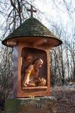 Une des nouvelles stations de la croix à la colline du vrch d'Uhlirsky près de Bruntal Images stock