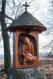 Une des nouvelles stations de la croix à la colline du vrch d'Uhlirsky près de Bruntal Photo stock