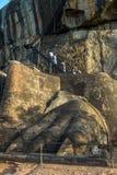 Une des pattes géantes de lions sur Lion Platform sur la roche de Sigiriya dans Sigiriya dans Sri Lanka Image stock