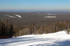Une des pentes de ski de la montagne de Belaya de station de sports d'hiver r Russie Photo stock