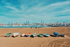 une des plages sablonneuses de ville à côté du port et de la marina avec des bateaux de yacht de navigation ancrant dans la petit photo libre de droits