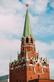 Une des tours de Moscou Kremlin en rouge Images stock