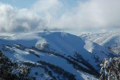 Une descente de ski sur une montagne, vue contre un ciel orageux Photographie stock libre de droits