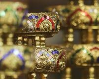 Une disposition des cuvettes incrustées de bijoux d'or, Chiang Mai, Thaïlande images libres de droits