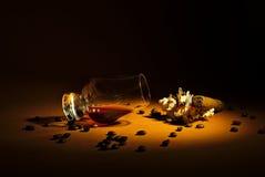 Une drachme de whiskey et d'un cigare Images stock