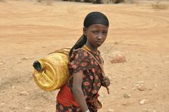 Une eau de transport de fille en Ethiopie photos libres de droits
