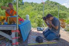 Une eau sainte arrosée par moine aux touristes CHEZ Wat Ban Tham Temple, la Thaïlande Images stock