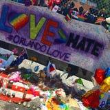 Une effusion de l'amour pour les victimes du tir de boîte de nuit d'Orlando Image stock