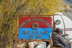 Une enseigne de la force de sécurité au point de contrôle de Khunjerab photo libre de droits