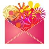 Une enveloppe avec des fleurs d'été à l'intérieur. Images stock