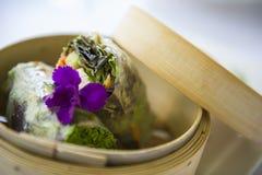 Une enveloppe gastronome attend pour être mangée à un restaurant fin photos stock