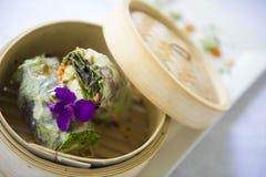 Une enveloppe gastronome attend pour être mangée à un restaurant fin image stock