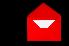 Une enveloppe rouge sur le noir image libre de droits